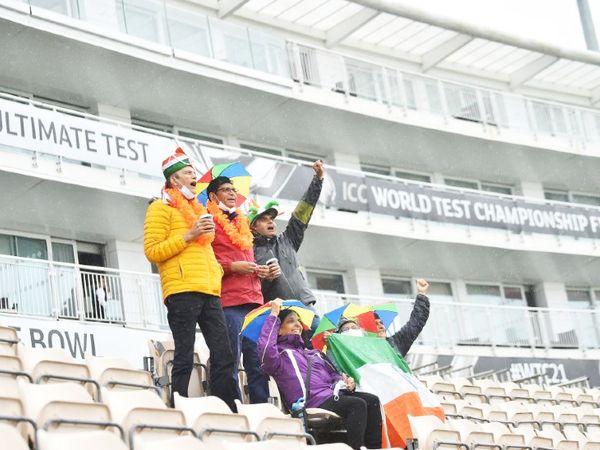 भारतीय दर्शक बारिश में भी टीम इंडिया को चीयर करने पहुंचे हैं।