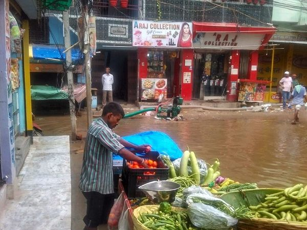 तस्वीर राजधानी पटना के पॉर्श इलाके की है। यहां तेज बारिश से सड़क पर पानी भरा गया।