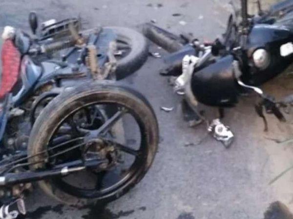 हादसे में क्षतिग्रस्त हुई दोनों बाइक। - Dainik Bhaskar