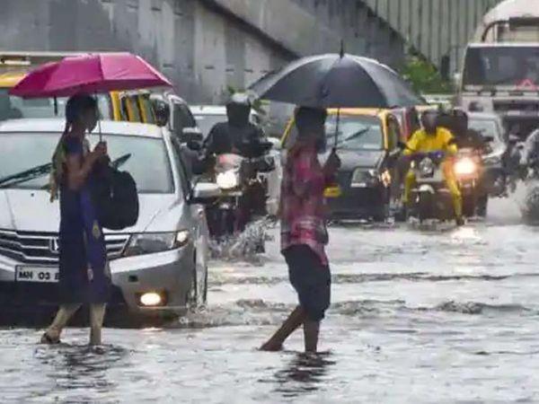 मुंबई में बुधवार को जमकर बारिश हुई थी। इसके बाद सड़कों पर पानी भरा गया था।