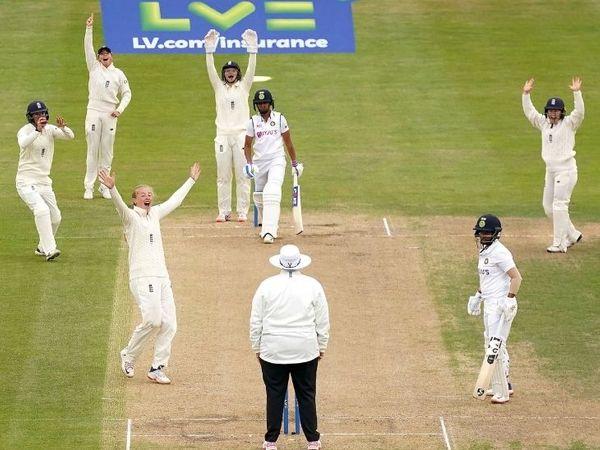 हरमनप्रीत कौर के खिलाफ LBW की सफल अपील करतीं इंग्लैंड की स्पिनर सोफी एक्लेस्टन। - Dainik Bhaskar