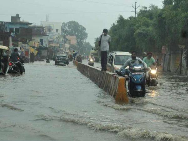 झमाझम हुई बारिश के बाद वाराणसी में सड़कें पानी से भरा गईं।