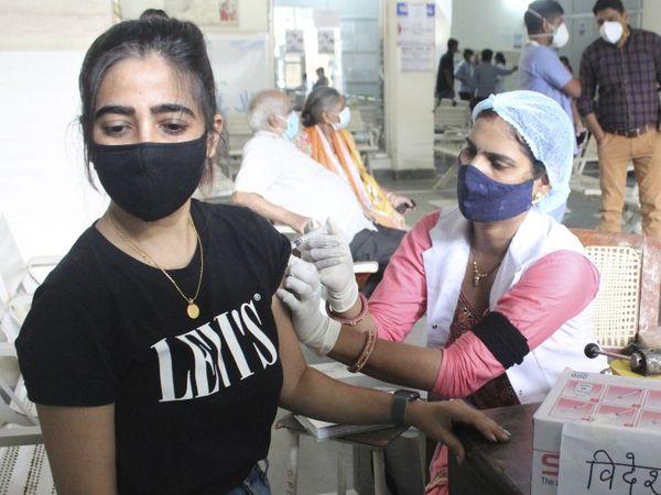 स्वास्थ्य मंत्रालय के मुताबिक, पिछले 24 घंटे में एक्टिव केसेज की संख्या घटकर 7.98 लाख हो गई है। - Dainik Bhaskar