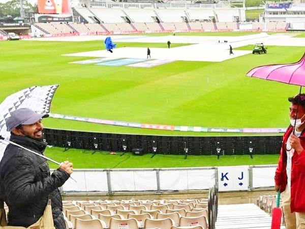 दर्शक छाते के साथ स्टेडियम पहुंचे थे।