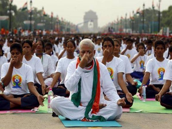 दिल्ली के राजपथ पर हजारों लोगों के बीच योग करते प्रधानमंत्री नरेंद्र मोदी।
