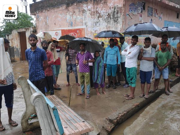 मीरापुर खादर गांव में बाढ़ का खतरा है. जिसको देखते हुए ग्रामीण सहमे हुए हैं।