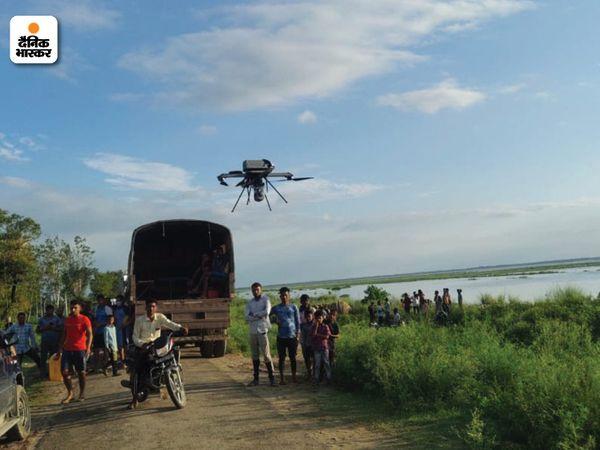 गंगा और अलर्ट पर रखे गए गांव की निगरानी ड्रोन कैमरों से भी की जा रही है।