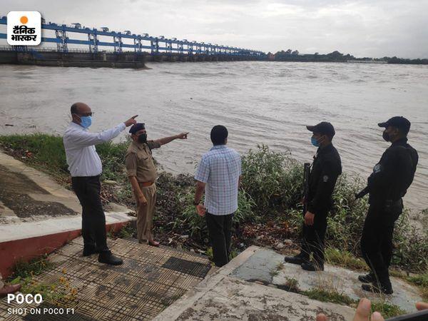 अधिकारीयों ने गंगा बैराज का भी निरिक्षण किया