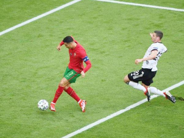 रोनाल्डो ने यूरो कप में अपना 12वां गोल दागा। यह उनका 5वां यूरो कप टूर्नामेंट है। वे ऐसा करने वाले पहले खिलाड़ी हैं। - Dainik Bhaskar