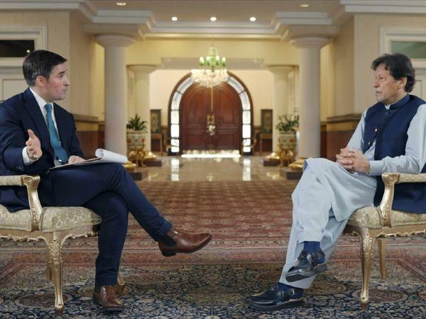 अमेरिकी पत्रकार जोनाथन स्वान के साथ इंटरव्यू के दौरान इमरान खान।