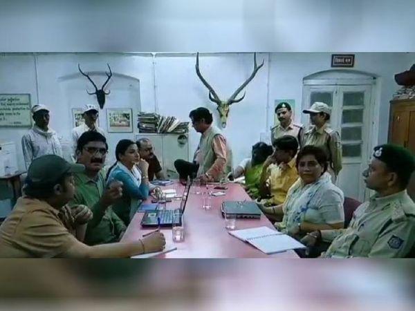 सीसीएफ ऑफिस में मीटिंग में विद्या बालन के साथ सिद्धार्थ दुबे, मानू यादव और वन अमला।