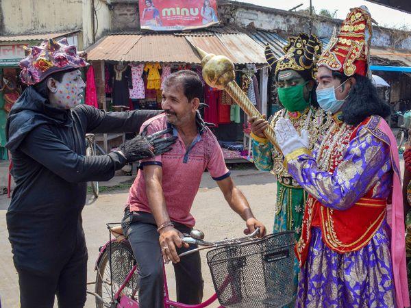यह फोटो पश्चिम बंगाल के नादिया की है। यहां बिना मास्क के घूम रहे लोगों को कुछ इस तरह कोरोना प्रोटोकॉल का पालन करने की हिदायत दी जा रही है। - Dainik Bhaskar