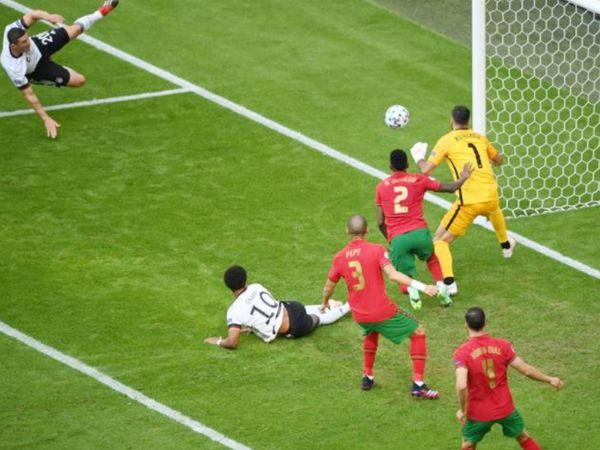 जर्मनी के गोसेंस ने 5वें मिनट में गोल कर दिया था। पर रेफरी ने ग्नैब्री को ऑफ साइड करार दिया और इस तरह गोल को निरस्त कर दिया गया।