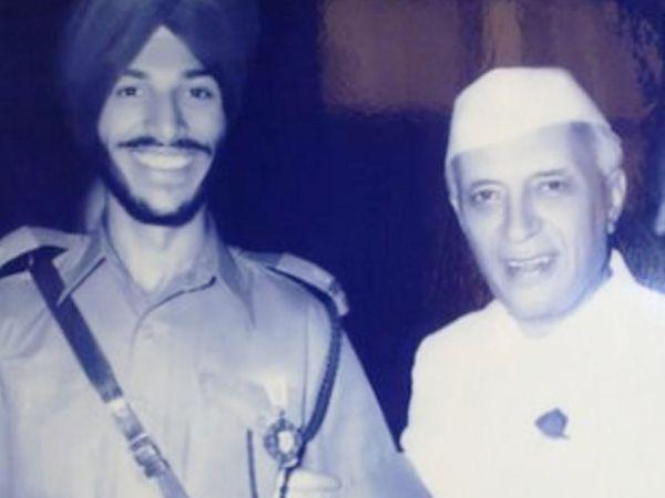 पूर्व प्रधानमंत्री जवाहरलाल नेहरू के साथ आर्मी यूनिफॉर्म में मिल्खा सिंह (बाएं)।