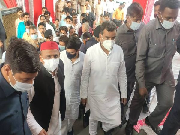 अखिलेश यादव और मुलायम सिंह यादव के अलावा बदायूं से सांसद रहे धर्मेंद्र यादव भी समारोह में शामिल होने के लिए पहुंच चुके हैं।