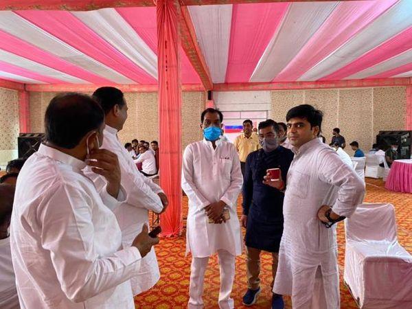 शादी की तैयारियां पूरी कर ली गई हैं। सैफई स्थित घऱ दुल्हन की तरह सजाया गया है। कार्यक्रम में कई दिग्गज नेताओं के शामिल होने की बात कही जा रही है। शादी समारोह में खास लोगों को न्योता दिया गया है।