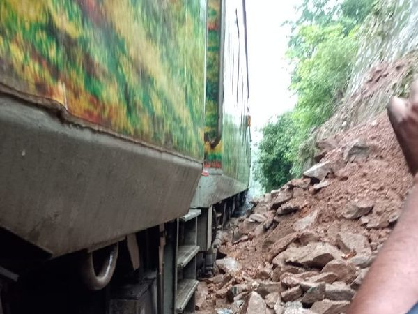 लैंड स्लाइडिंग के साथ ट्रेन की बोगी के पास गिरी चट्टानें। - Dainik Bhaskar