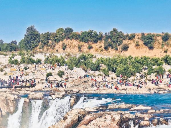 मध्य प्रदेश में मानसून की दस्तक से मौसम सुहाना हो गया है। पर्यटन स्थलों पर भीड़ लगनी शुरू हो गई है। फोटो जबलपुर के पास भेड़ाघाट जलप्रपात की है।