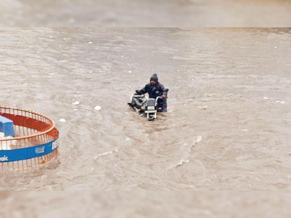 गुजरात के आणंद में बारिश के बाद सड़कों में पानी भर गया।
