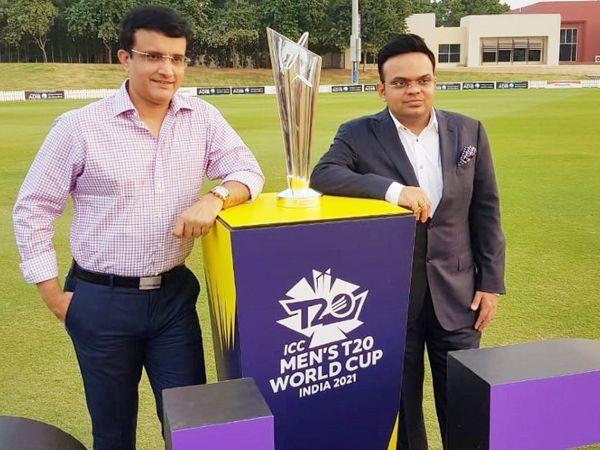 2021 टी-20 वर्ल्ड कप ट्रॉफी के साथ BCCI अध्यक्ष सौरव गांगुली और सचिव जय शाह। - Dainik Bhaskar