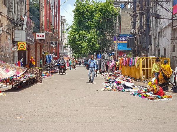 बाजार की ये खाली सड़क कोरोना का असर है।