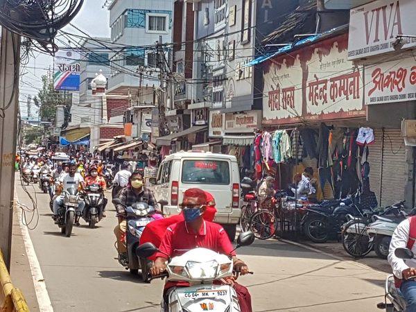 मालवीय रोड में थोड़ी चहल-पहल दिखी।