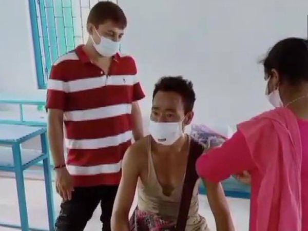 गांव में 45 साल से ज्यादा उम्र के लोगों को टीका लगाया गया।