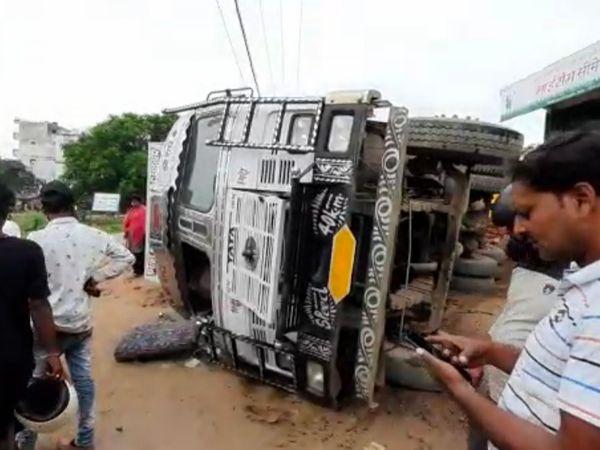 मोरंग लदा ट्रक पलटा, ड्राइवर क� - Money Bhaskar