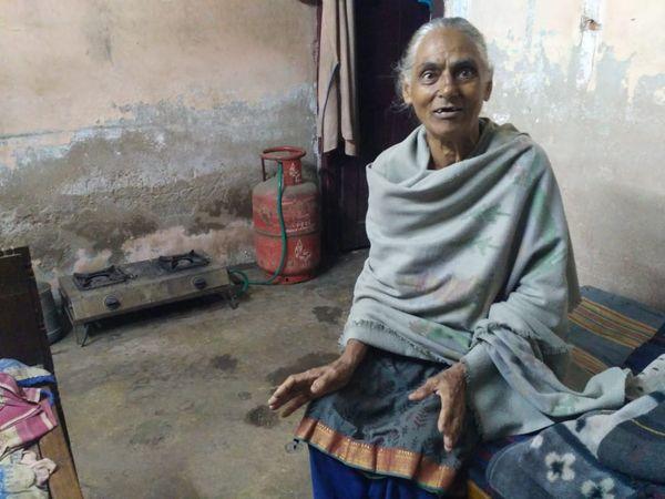 परिवार में अकेली बचीं कमला शर्मा को आसपास के लोग मानसिक रोगी कहने लगे हैं।