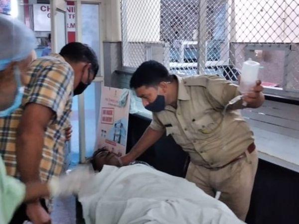 पुलिस ने घायल मजदूरों को मलबे से निकालकर अस्पताल में भर्ती कराया।