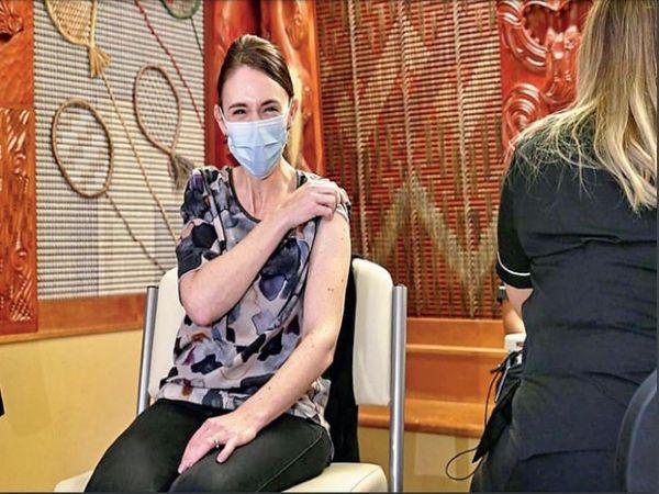 न्यूजीलैंड की प्रधानमंत्री जेसिंडा अर्डर्न ने शनिवार को कोरोना की फाइजर वैक्सीन की पहली डोज लगवाई। - Dainik Bhaskar