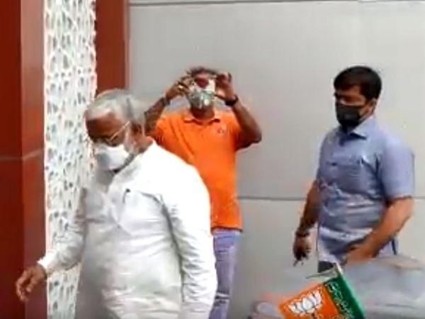 BJP मुख्यालय में बैठक के लिए पहुंचे प्रदेश अध्यक्ष स्वतंत्र देव सिंह।