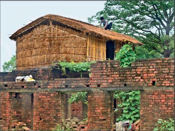 बाढ़ से बचने की तैयारी में लोग मकानों की छत पर झोपड़ी बनाने लगे हैं। - Dainik Bhaskar