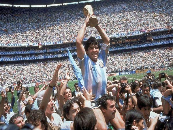 अर्जेंटीना ने वेस्ट जर्मनी को हराकर 1986 के फीफा वर्ल्ड कप का फाइनल भी जीता। ट्रॉफी के साथ मेराडोना।