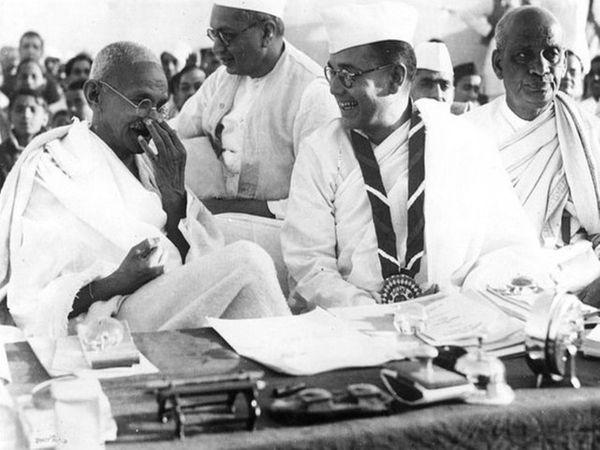 1938 में हरिपुरा में कांग्रेस के राष्ट्रीय अधिवेशन के दौरान सुभाष चंद्र बोस और महात्मा गांधी। सुभाष चंद्र बोस के दाहिने तरफ सरदार वल्लभ भाई पटेल हैं और उनके पीछे डॉक्टर राजेन्द्र प्रसाद बैठे हैं।