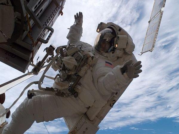 अपने अंतरिक्ष मिशन के दौरान स्पेस वॉक करतीं सुनीता विलियम्स।