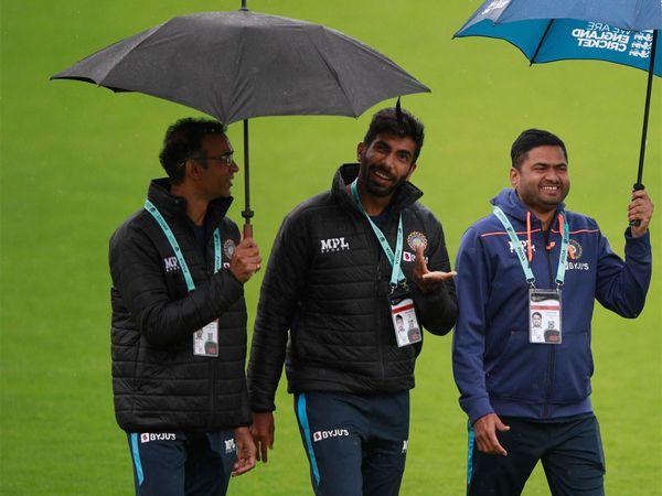 चौथे दिन बारिश बिल्कुल नहीं रुकी। इस दौरान छाते में घूमते जसप्रीत बुमराह।