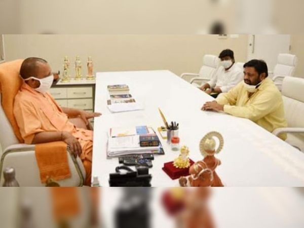 सांसद ने शिकायत सीधे यूपी के मुख्यमंत्री योगी आदित्यनाथ से कर दी। पुलिस कमिश्नर को फटकार लगने के बाद दरोगा निलंबित।