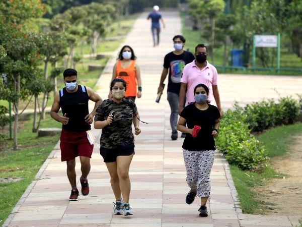 दिल्ली में कोरोना के केस कम होने पर पाबंदियां कम कर दी गई हैं। मॉर्निंग वॉक के लिए पार्क खोल दिए गए हैं। - Dainik Bhaskar