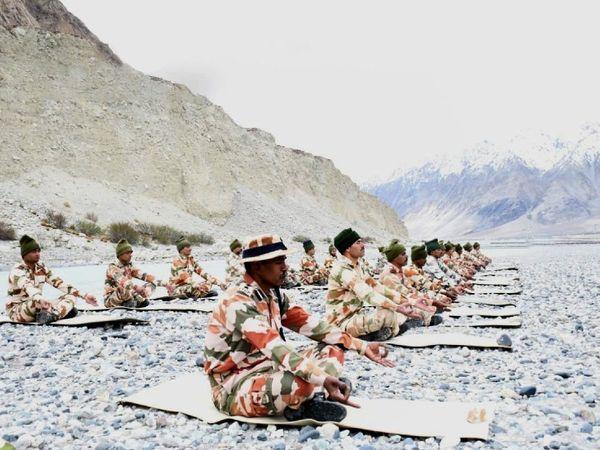 भारत-चीन बॉर्डर के पास इंडो तिब्बत बॉर्डर पुलिस (ITBP) ने योग किया। - Dainik Bhaskar
