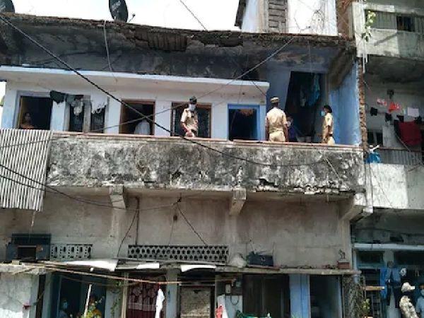 पूरा परिवार इसी घर में किराए से रहता था। माना जा रहा है कि वारदात आज सुबह हुई है। - Dainik Bhaskar