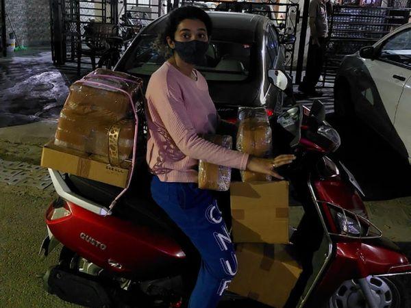 दिल्ली और उसके आसपास जो ऑर्डर आते हैं, उसकी डिलीवरी के लिए प्राची खुद भी स्कूटी चलाकर जाती हैं।