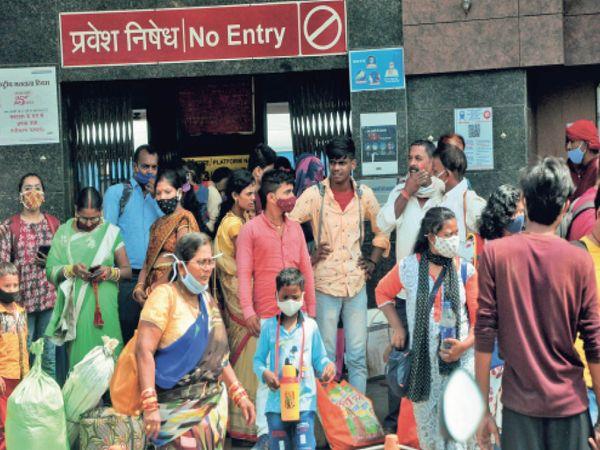 और ये लापरवाही ठीक नहीं : बिना मास्क के लोग अभी भी यात्रा कर रहे हैं, जिससे संक्रमण फैल सकता है। - Dainik Bhaskar