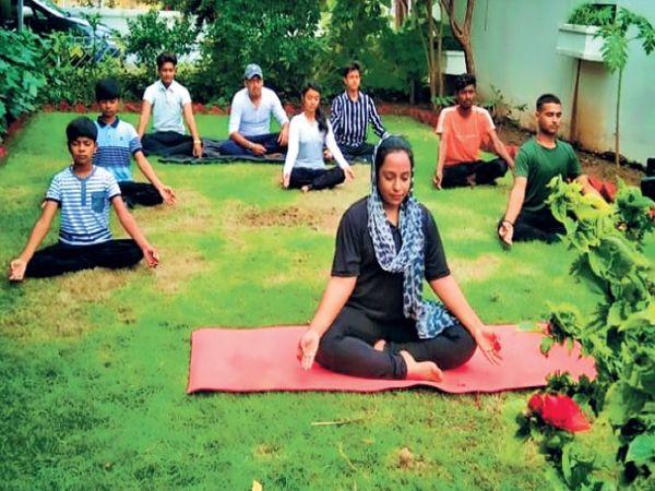 योग करती राफिया नाज - Dainik Bhaskar