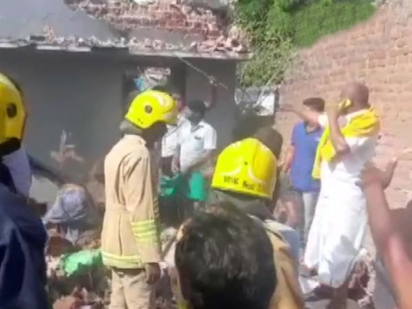 धमाका इतना तेज था कि आसपास के घरों को भी काफी नुकसान हुआ है।