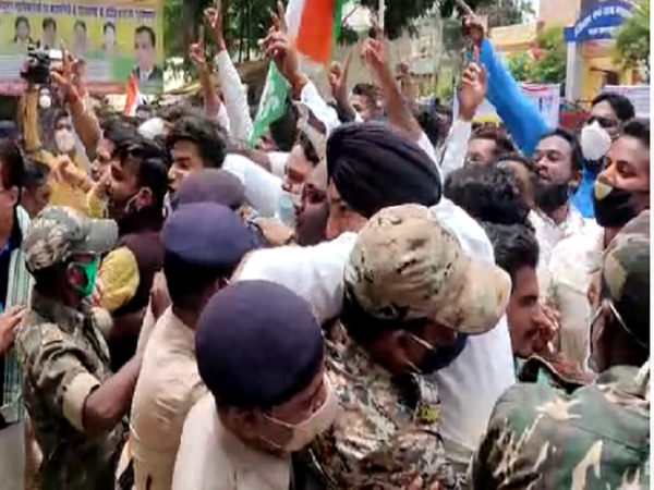 कांग्रेस के नेता पुलिस पर भी हावी होते दिखे।