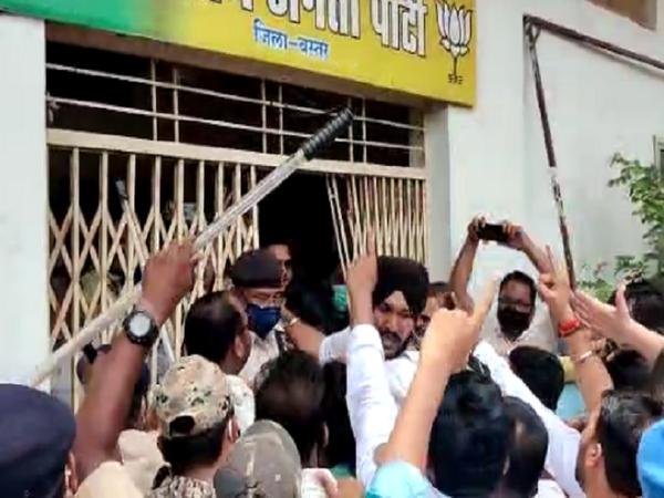 कांग्रेस कार्यकर्ता भाजपा कार्यालय के अंदर जाने लगे तो पुलिस ने रोक लिया।