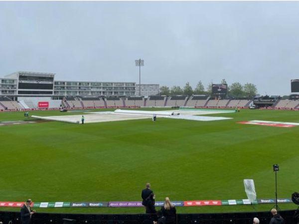 साउथैम्पटन में भारत और न्यूजीलैंड  के बीच खेले जा रहे WTC फाइनल में तीसरे दिन बारिश होने की वजह से मैच आधे घंटे देरी से शुरू हुई। वहीं चौथे दिन  स्थानीय समय सुबह 7 बजे (भारत में उस समय सुबह के 11.30 बजे होंगे )तक 60 प्रतिशत बारिश की संभावना जताई गई है। - Dainik Bhaskar