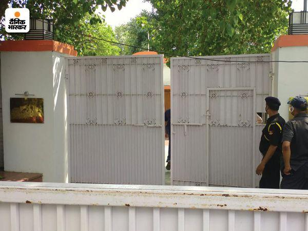 डिप्सी CM केशव मौर्य के घर के बाहर तैनात सुरक्षाकर्मी।