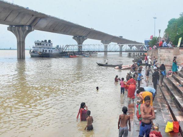 तस्वीर पटना के गंगा घाट की है। यहां जलस्तर बढ़ने की रफ्तार थम गई है।गांधीघाट पर जलस्तर में 3 cm की कमी आई है। - Dainik Bhaskar